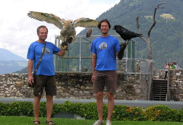 Michael mit Kolkrabe Max und Franz mit sibirischer Uhu-Dame Ivana