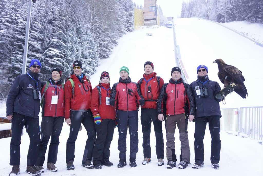 Adler mit Falkner und Skispringer am Kulm