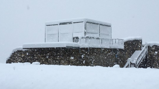 Ein ungewöhnliches Bild bietet die Adlerarena im April 2016 - die Schneefälle machen eine Verschiebung des Saisonstarts notwendig. © Adler Arena
