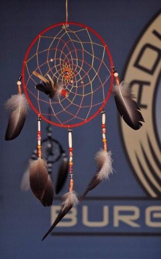 Ein Traumfänger mit Federn unserer Greifvögel ist ein einzigartiges Souvenir. © Klaus Freithofer