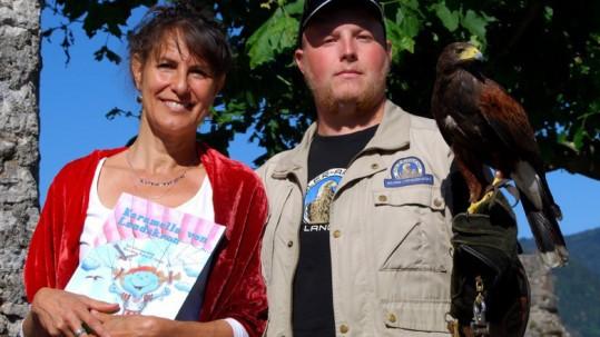 Buchautorin Veronique Weiss  (li) mit unserem Harris Hawk Gomez und Falkner Ilja. © Adler Arena