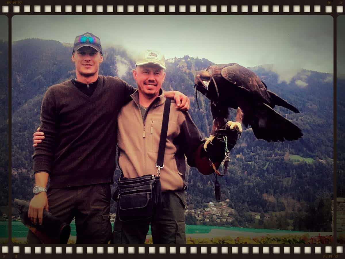 """Unser Falkner Lukas (li) mit Pavel Rozhkov und unserem Filmstar, dem Steinadler Alexander, denn selbst in Moskau hat man schon vom Film """"Wie Brüder im Wind"""" gehört! © Adler Arena"""