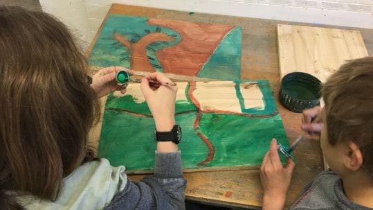 Die 4. Klasse der Montessori Schule in Treffen baut Nistkästen für die Turmfalken. © Adler Arena