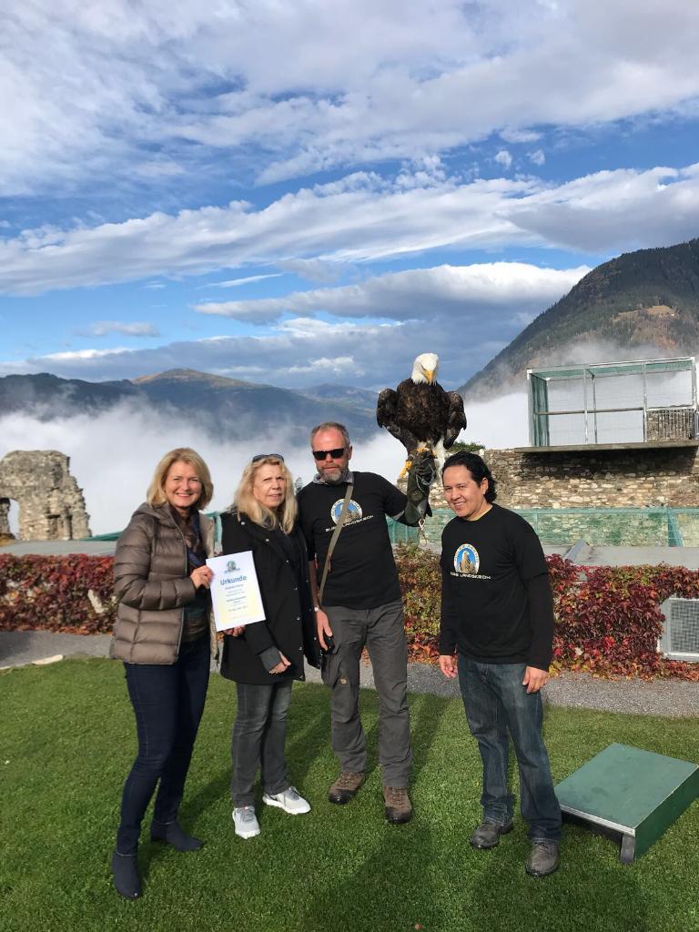 Dr. Margit Heissenberger, Patin Elisabeth Schrey, Franz mit Weisskopfseeadler Álvaro, Álvaro (Ehemann von Elisabeth Schrey). © Adler Arena