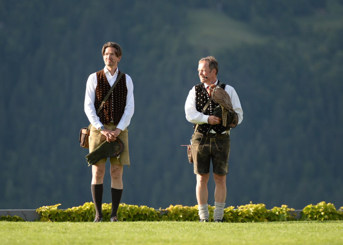 Das Falknerduo Franz Schüttelkopf und Michael Holzfeind arbeitet seit 35 Jahren für den Greifvogelschutz. © Adler Arena Burg Landskron
