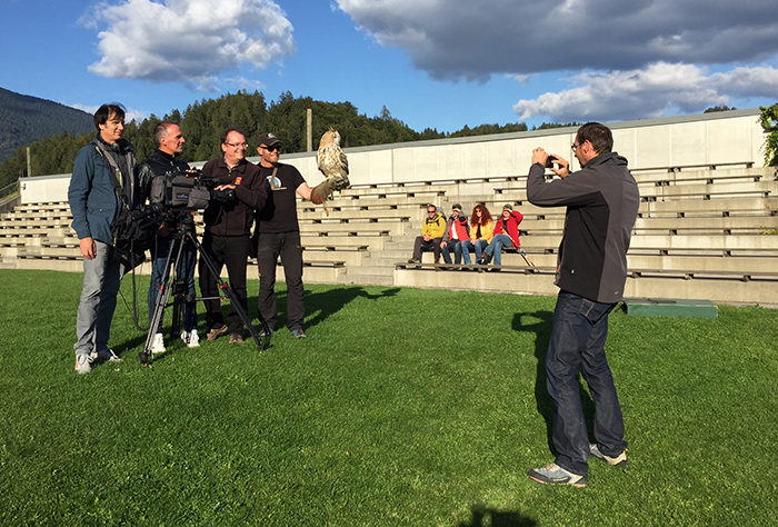 ORF TV mit Eulen und Greifvögel auf Adlerarena Burg Landskron